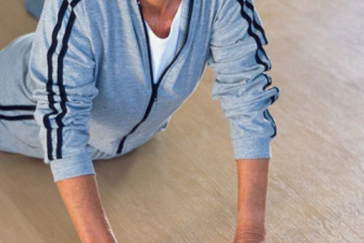 Ejercicios de estiramiento para personas con esclerosis múltiple. Vivir con esclerosis múltiple puede ser difícil. La enfermedad afecta al sistema nervioso central y puede causar debilidad muscular, espasticidad, temblores, trastornos del equilibrio y dolor. Puede dificultar la actividad física, ...