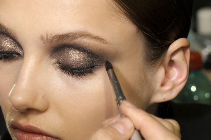 Per un make up occhi ad alta definizione occorre molta abilità. Segui gli step che ti suggeriamo, usa gli strumenti adatti e in poco tempo sarai in grado di applicare l'ombretto come una professionista