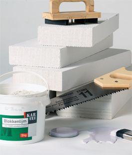 Wil je je huis opnieuw indelen? Plaats een muur van gipsblokken (ook wel ytong blokken, gasbetonblokken of cellenbetonblokken genoemd). Met deze klusinstructie is het een betrekkelijk eenvoudig karwei.
