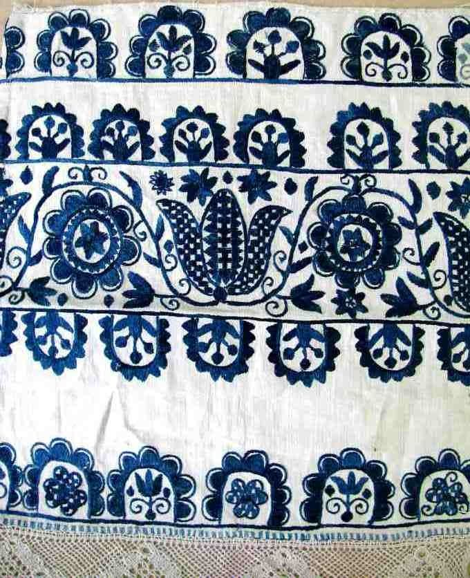 Embroidery motif with Tulips of ceremonial scarves. Surroundings Prievidza 1 half of the 19th century. Custodian ÚĽUV. Photo: O. Danglová