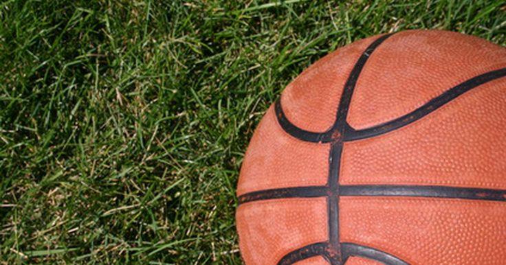 Ejercicios para aprender a sostener un balón de baloncesto con una palma. Los ejercicios para sostener con la palma un balón de baloncesto están diseñados para que tengas un mejor agarre de la bola cuando te diriges hacia la canasta para una bandeja o una volcada. Sostener el balón con la palma beneficia a los jugadores en la llave que quieran realizar un tiro de gancho o un pase con una mano. Aunque sostener el balón ...