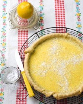 Voor 8:  1 rol kruimeldeeg  2 citroenen  4 eieren  1 eierdooier  175 g suiker  1,5 dl room  poedersuiker, om te bestuiven