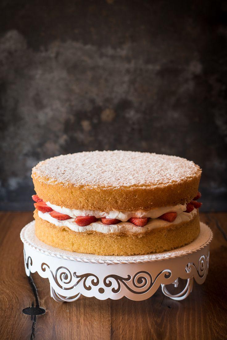 Victoria Sponge Cake ist ein Klassiker der britischen Kaffeetafel. Diese schnelle Erdbeer-Sahne-Torte gelingt jedem und schmeckt himmlisch