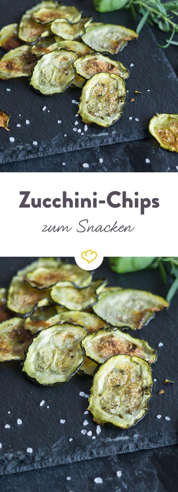 Chips müssen nicht immer aus Kartoffeln sein. Diese Low-Carb Variante des Snack-Klassikers aus frischen Zucchini, wird mit wenig Fett im Ofen zubereitet.