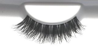 favUlash's charismatic CAMIGUIN human hair false eyelashes melt in the palm of your hand. Wear them daily for a simple yet beautiful look.