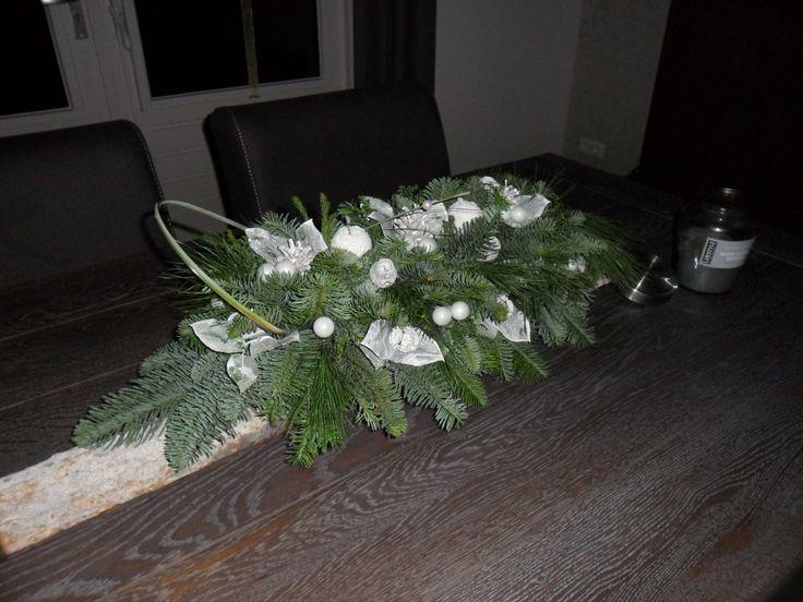 Kerststuk op een stuk boomschors