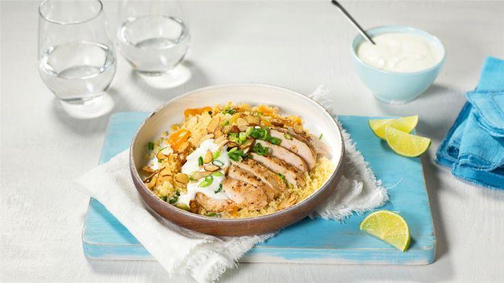 Krydret couscous med kylling  Couscous er rask hverdagsmat. Her har vi krydret den med currypaste, som er en spennende match til saftig kyllingbryst og knasende mandler.   http://www.tine.no/oppskrifter/middag-og-hovedretter/kylling-og-fjarkre/krydret-couscous-med-kylling