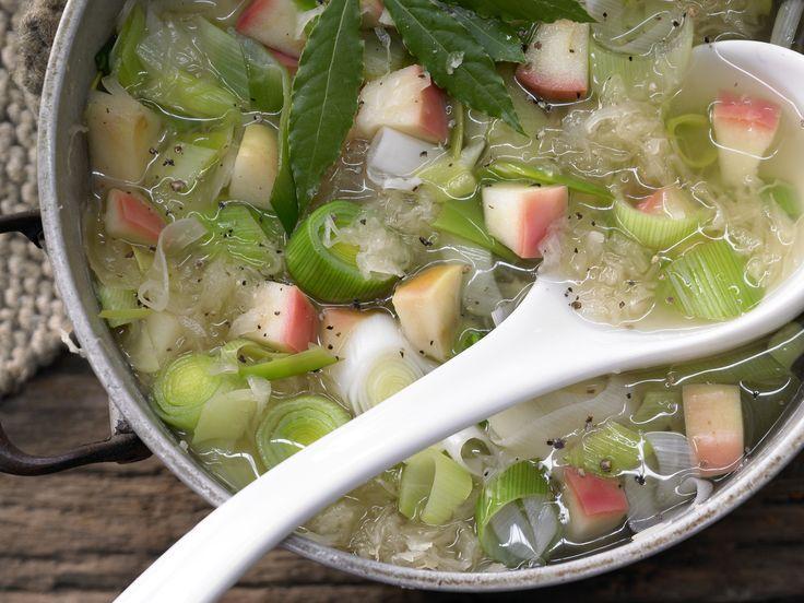 Perfekt für den Winter: Sauerkrautsuppe mit Äpfeln, Lauch und Cidre   Kalorien: 143 Kcal - Zeit: 25 Min.   eatsmarter.de