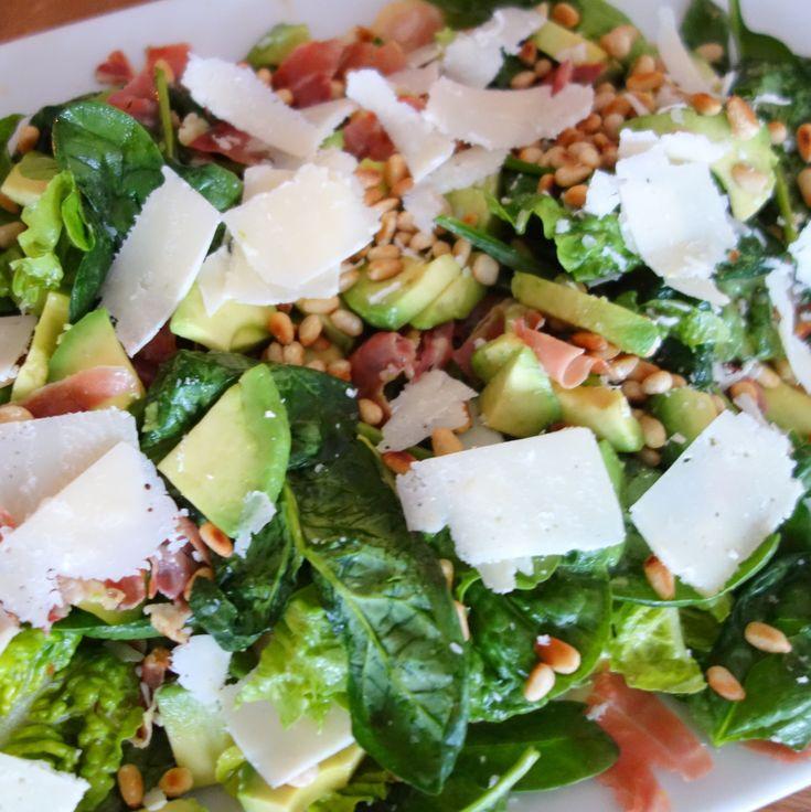 Avocado, italiensk parmaskinke, pinjekerner og babyspinat. Opskriften på en simpel men velsmagende salat, der er god både til frokosten og aftensmaden.