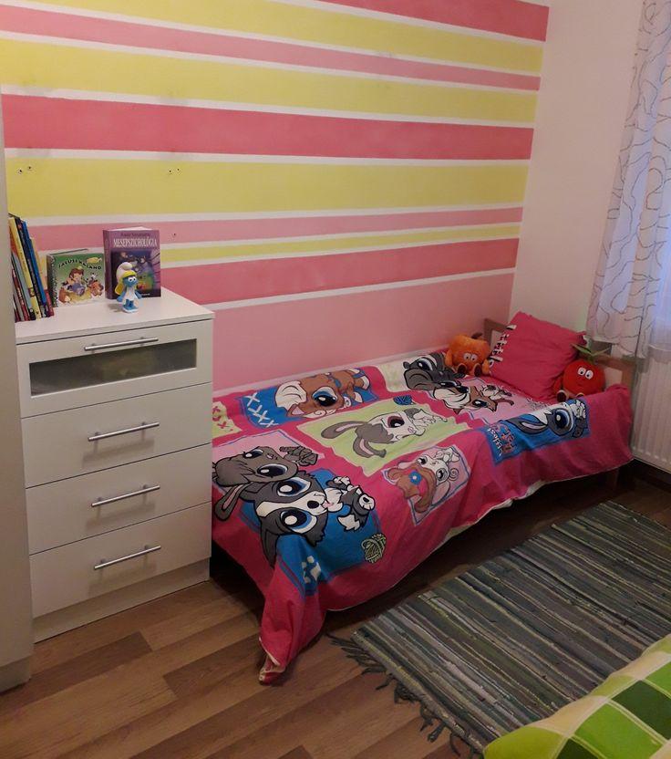 Lány szoba rész csíkos fal