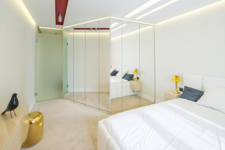 minimalist bedroom with subtile mirrored dressing