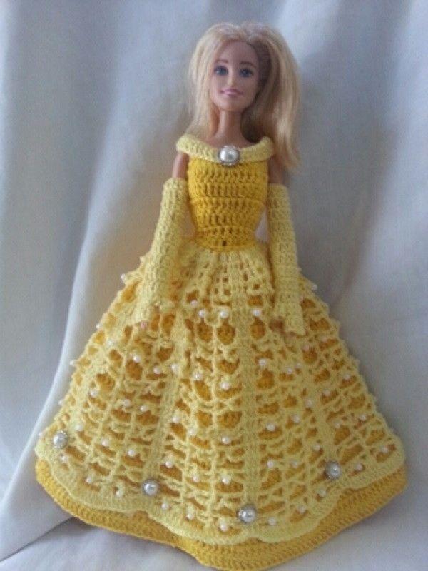 """Sua princesa Disney favorita agora poderá vestir sua Barbie. Lindo vestido em crochê para bonecas tipo """"barbie"""", estrelando a Bella, do clássico A Bella e a Fera, que vem com suas lindas luvas de gala. Ótima opção para decoração e/ou lembrancinha de festas infantis, para esta modalidade temos ofe..."""