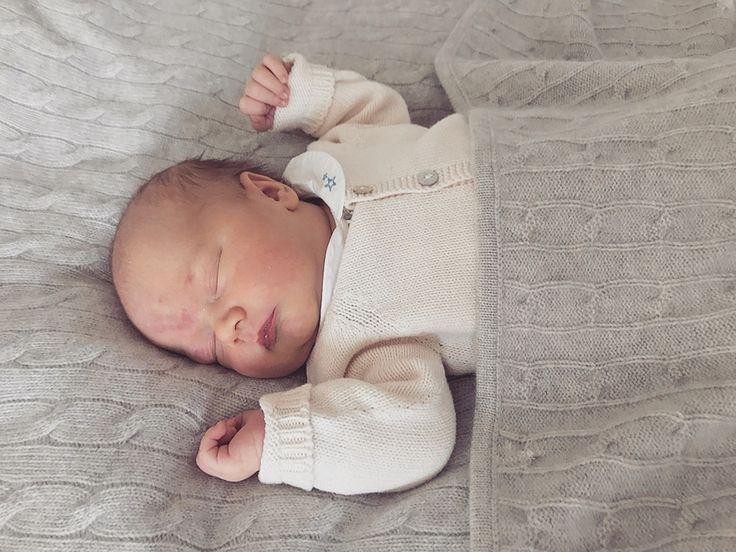 Häppchen für Häppchen bekommt die Öffentlichkeit alle Informationen zum neuen Schweden-Baby serviert: Jetzt ist das erste echte Foto von Prinz Gabriel da! Prinz Gabriel von Schweden hat am 31. August das Licht der Welt erblickt. Anstrengend war's, glaubt man dem ersten Foto, das der Palast...