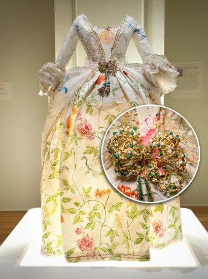 paper dress art | artist Isabelle de Borchgrave used in making these stunning dresses ...