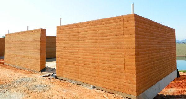 A taipa de pilão é uma técnica milenar que consiste em colocar o solo preparado dentro de um sistema de formas, e o compactar até atingir a densidade ideal.