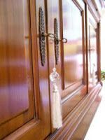 Aplicando goma laca con muñequilla de algodón : PintoMiCasa.com