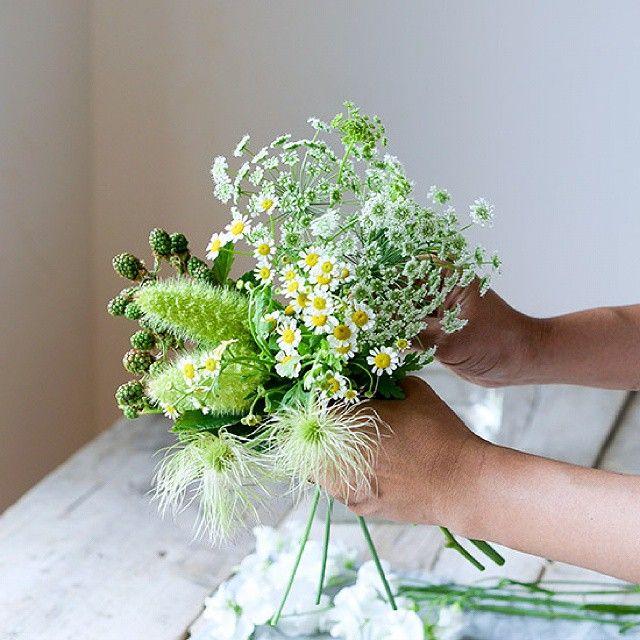 Q:花束を上手に育てるコツは? A:同種類のものをバラさずにかためること。  レースフラワーはレースフラワーどうし、粟は粟どうし…という風に集めて束にする方が簡単ですし、仕上がりも良くなるのだそうです。フラワースタイリストの増田由希子さんに教わる、夏のためのお花アレンジより。  #北欧暮らしの道具店 #花 #お花 #ザ花部 #お花のある暮らし