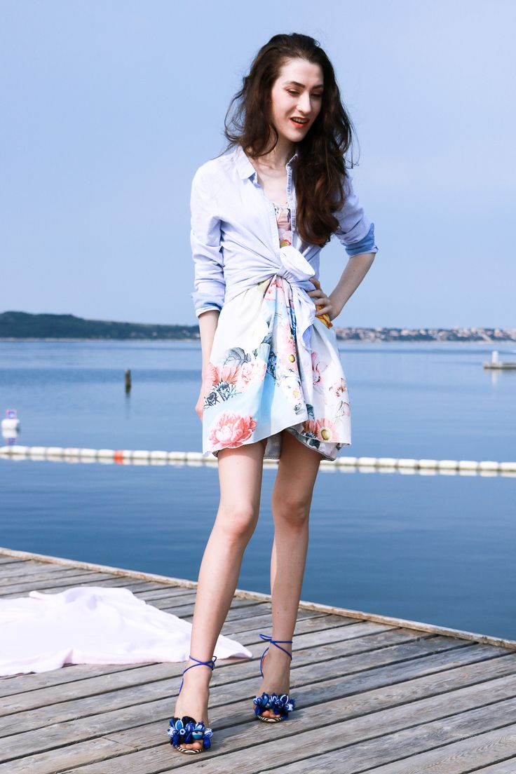 Fashion blogger Veronika Lipar of Brunette From Wall Street sharing what you shouldn't do on your summer picnic by the sea