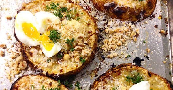 Ugnsbakad rotselleri med löskokta ägg, hemslagen majonnäs och hasselnötter | köket.se