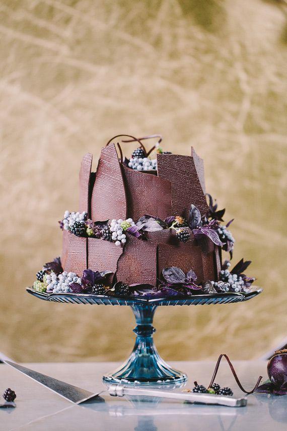 Bolo dos noivos às camadas com chocolate temperado e frutos vermelhos