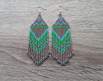 Groen grijze oorbellen. Native American oorbellen geïnspireerd. Cadeau voor haar. Beaded Earrings. Kralen