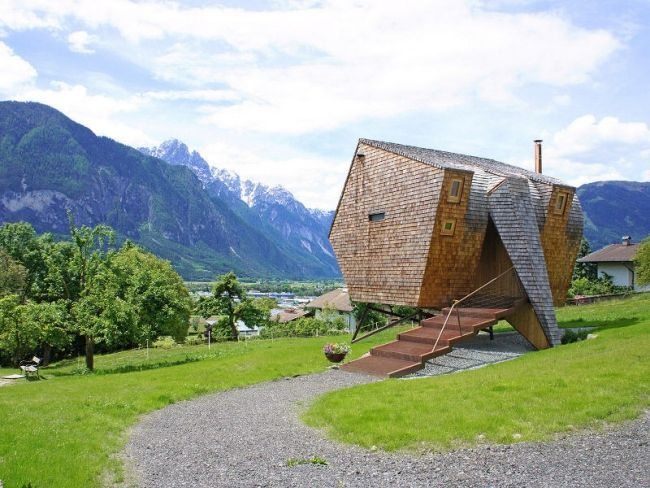 Asymmetrisches Ferienhaus Innendesign Berghütte Holz Lärche Ausstattung Panoramafenster
