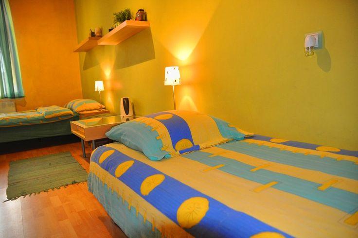 Pokój Zielony to ładny, przytulny, duży pokój w kształcie prostokąta, w którym znajdują się dwa łóżka: jedno pojedyncze i jedno podwójne. Pokój jest jasny, słoneczny. Przez okna  można podziwiać piękną panoramę Wisły i Starego Miasta http://www.rainbowapartments.pl/pokoj-zielony/
