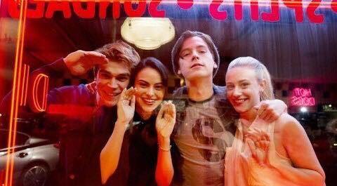 """Riverdale è una serie televisiva fresca del 2017 tratta da una serie di fumetti statunitensi: """"Archie Comics"""". Quando si parla di adattamenti sappiamo che il prodotto televisivo sará di…"""