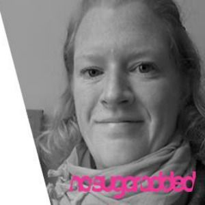 Kicki Jakobsson startade som gästbloggare hos oss och skrev insiktsfullt om sitt sockerberoende. Genom sin blogg vill hon hjälpa och inspirera andra sockerberoende och deras anhöriga. Hennes levande beskrivningar av vardagen där hon kämpar mot sockret är ett nedslag i verkligheten för en sockerberoende.