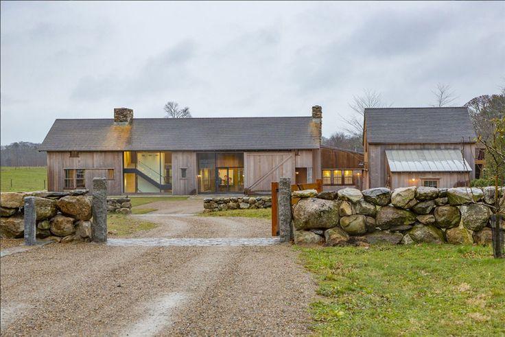 Inspirée par les maisons de campagne en Europe, cette résidence de Martha's Vineyard, a entièrement été construite pour ressembler à une vieille grange, mais tout en conservant une essence contemporaine. La Grey Barn Farm, réalisée par la firme d'architecte Hutker, possède des planchers ainsi que des poutres de bois récupéré pour être fidèle au style …