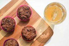 Gezonde chocolade muffins, please! Los van de stukjes pure chocolade zijn ze vrij van geraffineerde suiker en worden ze alleen gezoet met fruit.