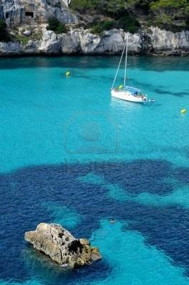 barco en una playa de Menorca, Islas Baleares, España