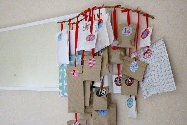 Calendrier de l'Avent DIY avec des petits paquets en papier craft suspendus qui cachent des petits cadeaux ! #mamannougatine #calendrieravent #calendrier #avent #diy #faitmaison