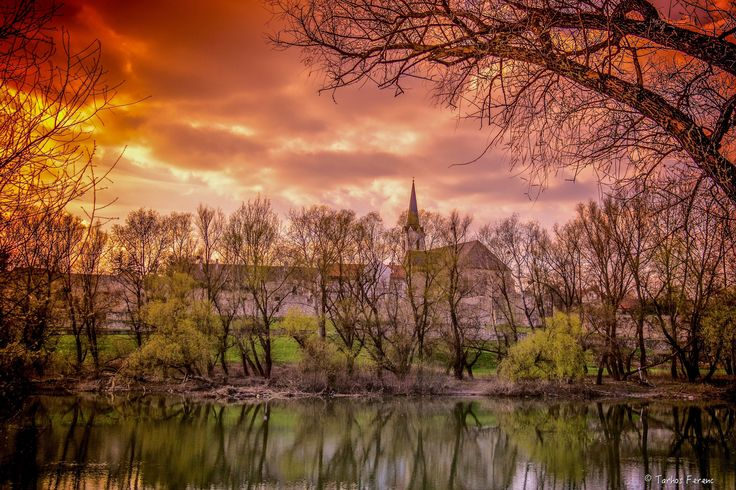 https://flic.kr/p/EJKXfb | Bodrog part.. | Vörösen izzik a lenyugvó ég, árkokat ásva a felhők alatt...