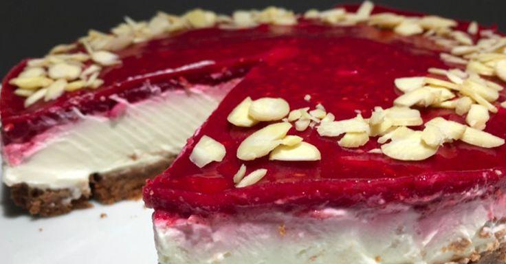 Opravdu lze připravit dort bez cukru i mouky a budete překvapeni i rychlostí přípravy. Tento cheesecake vás překvapí i přes absenci toho, co si nedokážete představit v klasickém dortu o tom, že chutná dokonale. K dokonalosti se ještě přidají maliny a věřte tomu, že máte svůj oblíbené moučník, který budete dělat velice často.
