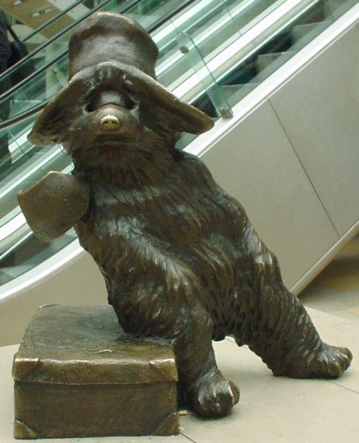 Une statue de bronze de l'Ours Paddington à la Gare de Paddington créé par l'anglais Michael Bond