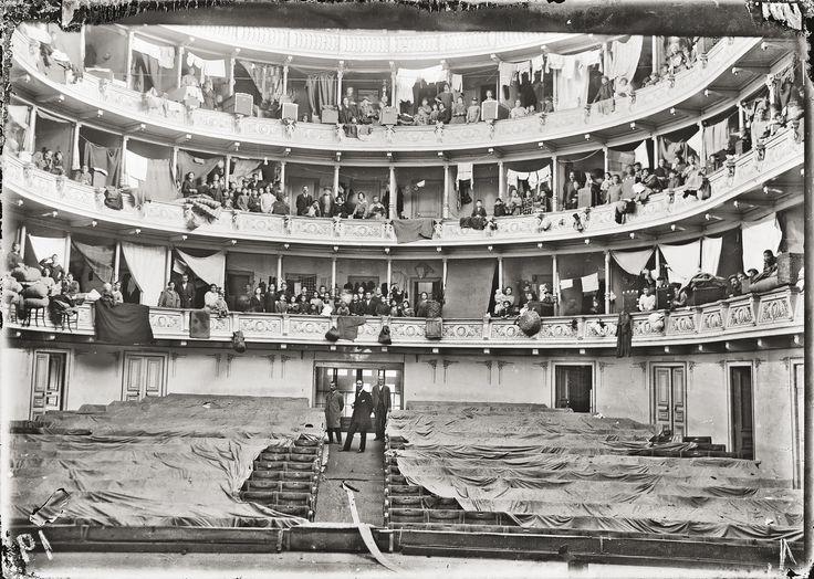 Πρόσφυγες έχουν βρει προσωρινό κατάλυμα στα θεωρεία του Δημοτικού Θεάτρου Αθηνών, 1923 © Ελληνικό Λογοτεχνικό και Ιστορικό Αρχείο