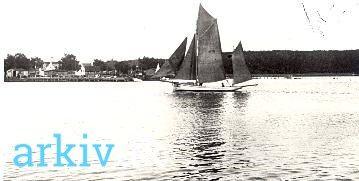 arkiv.dk | Guldborg Fiskeri med kvasen Karen. Jens Tambour på vej ud at fiske med kvasen Karen, ca. 1935. Sakskøbing Lokalhistoriske Arkiv.