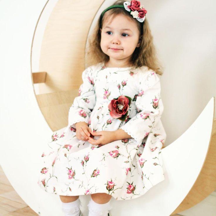 """Детская красота этих маленьких, нежных и чистых ангелочков не перестает вдохновлять дизайнеров Libelle. 👼🏼 В своих платьях для девочек они отдают предпочтение натуральным тканям, которые не раздражают нежную детскую кожу и тонко подчеркивают красоту и неповторимость маленьких принцесс. 👗Платье из белого хлопка с рисунком """"Зайцевская Розочка"""" приобрести сейчас можно за 4000₽ ✨ #lookmagazine #lookmagazine555 #look. #lookatme #looks #looking #lookinggood #looksgood #lookme #lookingood…"""