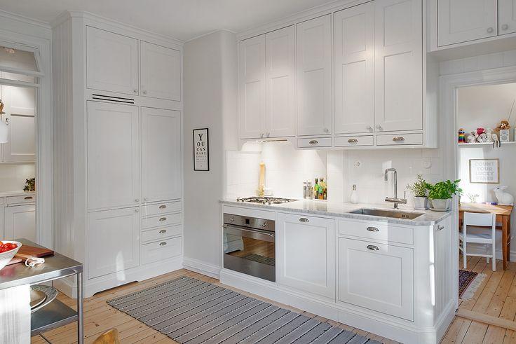 Kök tillverkat av Sven Snickare, lägenheten till salu på Alvhem mäkleri.