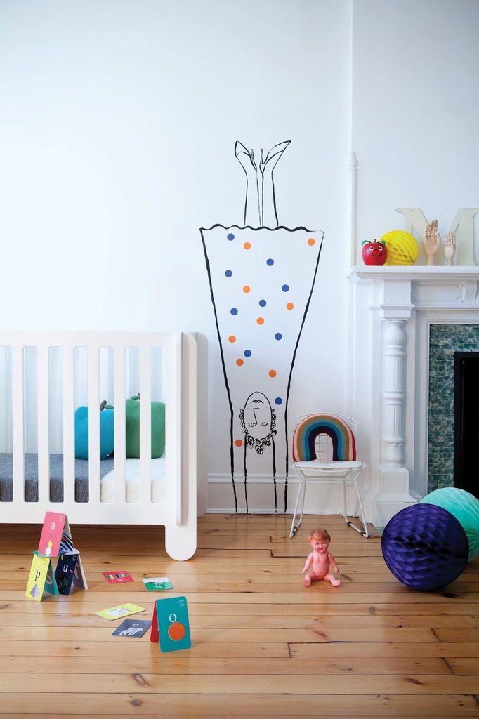Рисунки на стенах вполне естественны в детской скандинавского стиля, например мама на стоящая на голове...  (спальня,дизайн спальни,интерьер спальни,скандинавский,скандинавский интерьер,скандинавский стиль,интерьер,дизайн интерьера,мебель) .