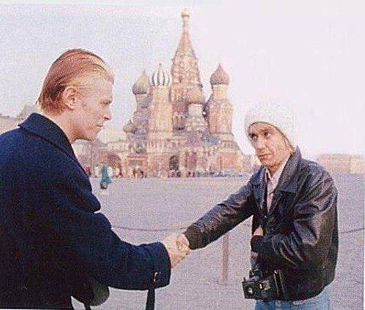 ITOP.FM Редкий кадр Дэвид Боуи и его приятель Игги Поп на экскурсии по Москве. 1976 год.