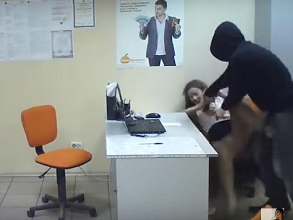 Il rapinatore si trova faccia a faccia con una sexy segretaria: ecco cosa le fa - VIDEO - http://www.sostenitori.info/rapinatore-si-trova-faccia-faccia-sexy-segretaria-cosa-le-video/264206