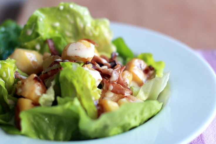 Salade au bacon et à la pomme, sauce camembert