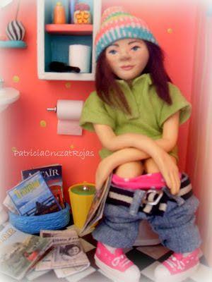 Patricia Cruzat Artesania y Color: Baño Pop con Miniaturas y con Ella sentada en WC y sus revistas personalizadas.
