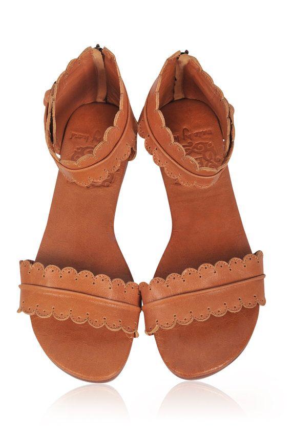 Deze sandalen zijn op bestelling gemaakt van zacht dubbel leer van hoge kwaliteit.  Speel met uw stijl van de zomer met deze goddelijke lederen sandalen. Met de hand gesneden detaillering en mantel-vormige randen zijn deze sandalen super licht en comfortabele.  Komen in een van de beschikbare leder kleuren hieronder.  Weergegeven in donker bruin.  -Lederen voering en inlegzool -Licht gewatteerde voetbed -Enkelbandje met rug-ritssluiting -Leer en rubber zool  MATEN: US 4-13, EUR 35-43  Als u…