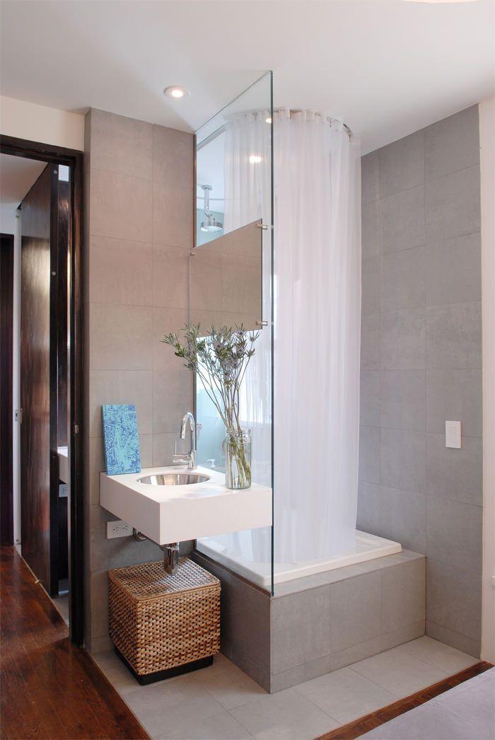 Душевые кабины в маленьких ванных (44 фото): удобное и практичное решение http://happymodern.ru/dushevye-kabiny-v-malenkix-vannyx-44-foto-udobnoe-i-praktichnoe-reshenie/ Зона душа имеет круговую шторку и ограждена стеклянной перегородкой