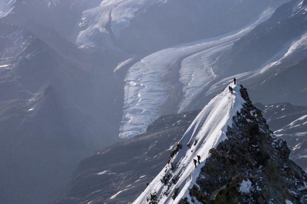YannArthusBertrand2.org - Fond d �cran gratuit � t�l�charger || Download free wallpaper - Alpinistes au sommet du Mont Cervin, Valais, Suisse / Vall�e d�Aoste, Italie (45�59� N - 7�40� E).