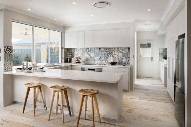 Modern fehér konyha cementlap mintás konyhával