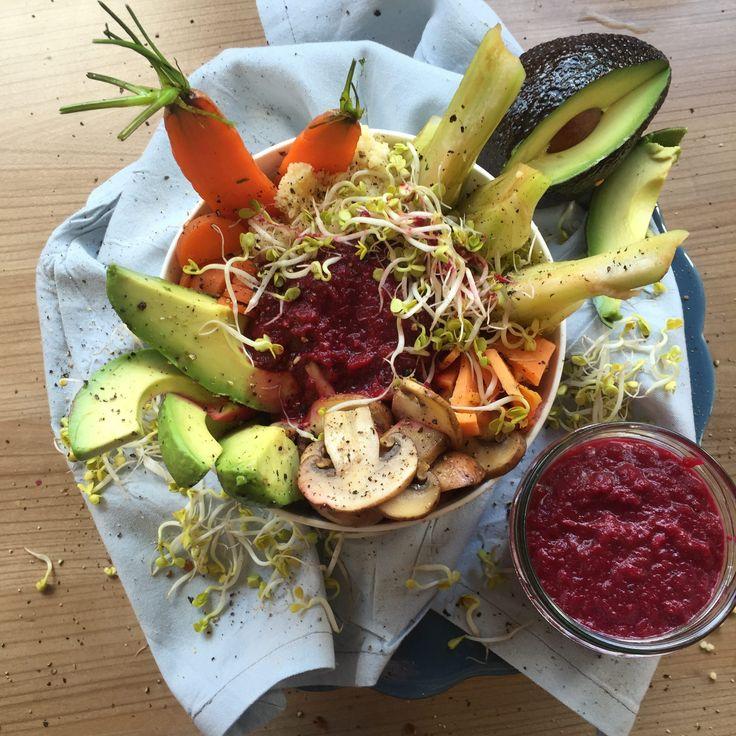 Gerade zu Beginn der kalten Jahreszeit brauchen wir viele Vitamine, um unseren Körper zu stärken und Krankheiten vorzubeugen. Da kommt unsere Bowl der Woche gerade richtig! Karotten, Fenchel, Süßkartoffeln, Pilze und Avocado versorgen uns mit vielen Vitaminen und geben so richtig Power. Abgerundet wird das Ganze mit einer köstlichen Rote-Bete-Creme. Etwas Koriander und ein Spritzer […]